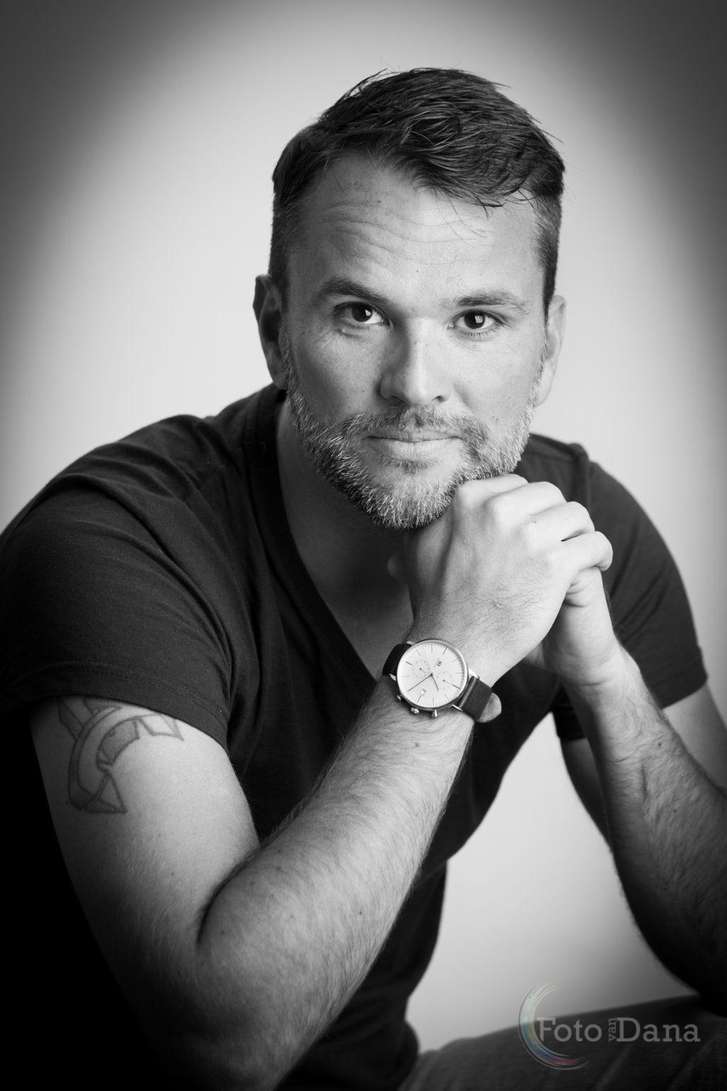 stoere zwart-wit profielfoto man met tattoo
