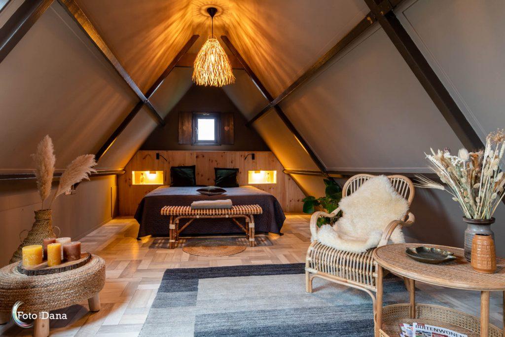 Sfeervolle ruimte met bed en stoel
