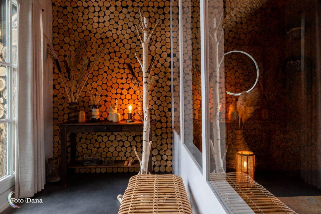 entree relaxruimte met kaarslicht en hout