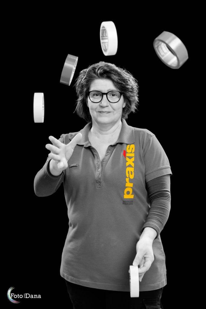 Zwart-wit foto met gele kleur op Praxis shirt. Jongleren met afplaktape