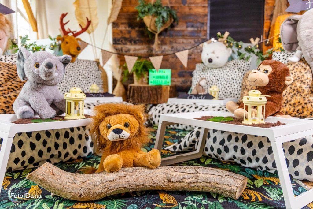 Knuffeldieren olifant, aap en leeuw voor tipi's thema jungle