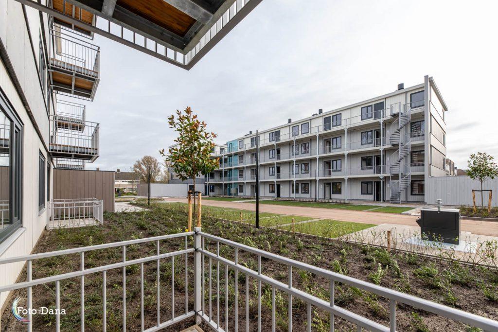 Vanuit balkon uitzicht op tuin en modulaire bouw Regioplein