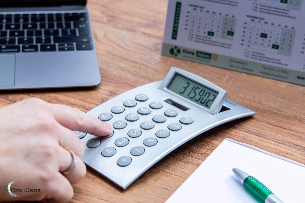 rekenmachine met laptop en notitieblok