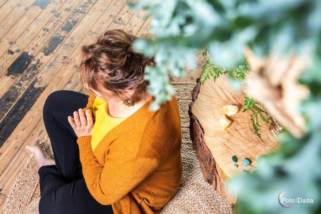 Vrouw van boven gezien is aan het mediteren geel shirt doorkijkje groen