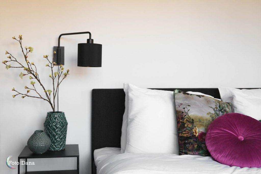 hotelbed met vaas en lamp