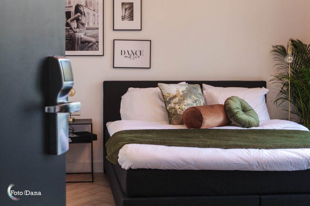 hotelkamer stijlvol met deur open
