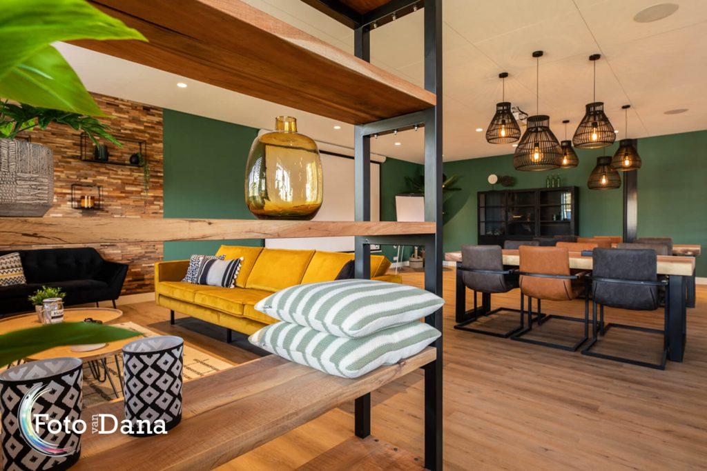 Verhuur ruimte met grote tafels en een gezellig huiskamer zitje