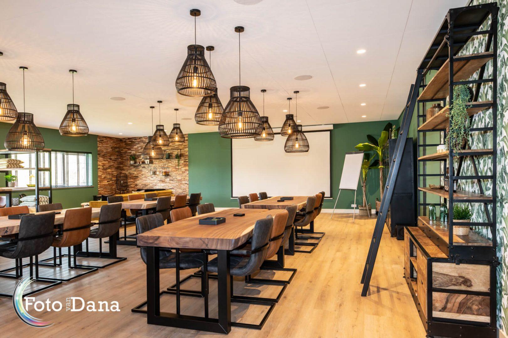 Mooie sfeervolle ruimte met grote tafels voor vergaderingen, bijeenkomsten, lezingen