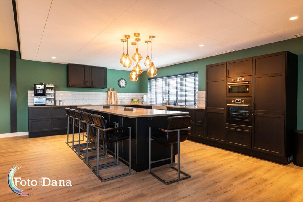 Verhuur accommodatie mooie keuken en hoge barkrukken