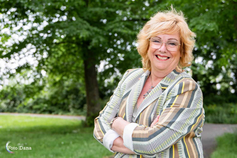 In het groene park een portret van vrouw met mooie kleding van Charel Fashion