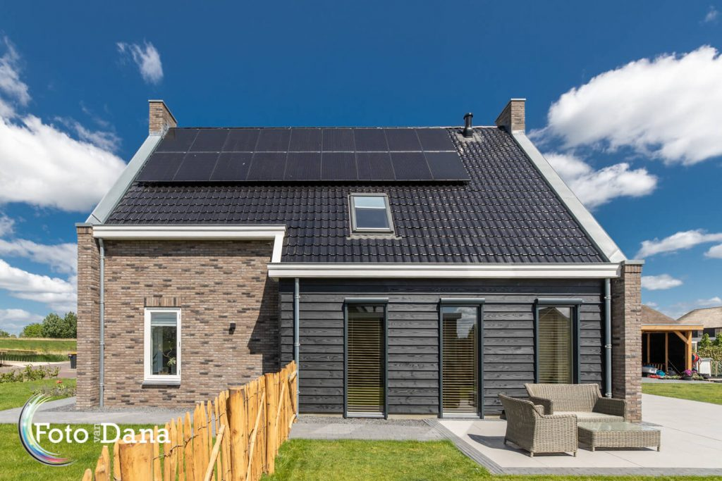 huis van zijkant deel steen, deel hout met zonnepanelen
