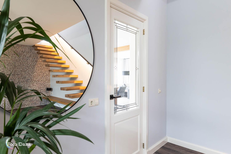 hal in spiegel en mooie trap, deur naar woonkamer