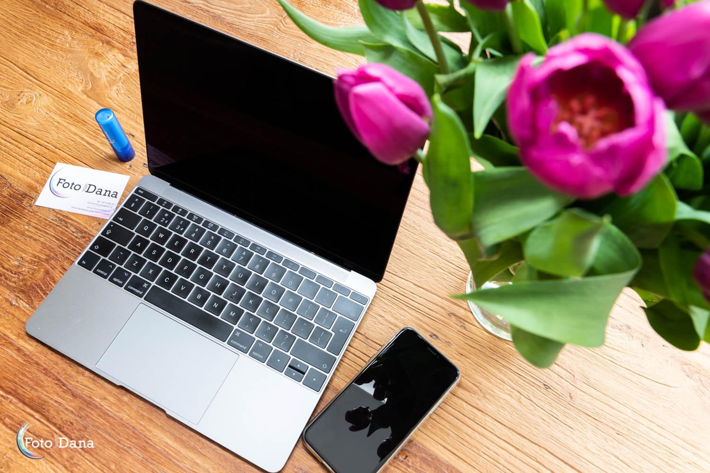mobiel met visitekaartje en bloemen