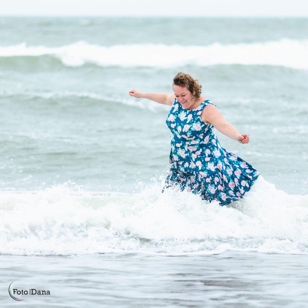 Janneke geniet van de zee tijdens fotoshoot