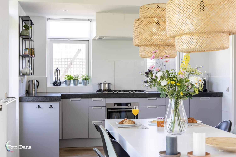 gezellige keuken en gedekte ontbijttafel in vakantiehuis